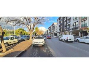 Bornovada Köşe 2 cepheli ana cadde üzerinde Satılık Dükkan